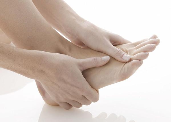 Áp dụng những bài thuốc dân gian điều trị chứng đau mu bàn chân