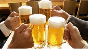 Những người uống rượu nhiều có thể gây teo não, rối loạn giấc ngủ