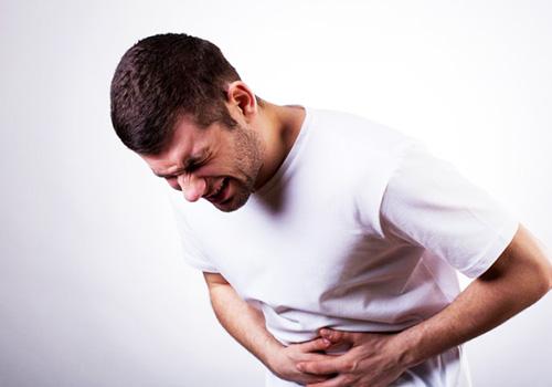 Đau bụng quặn là một trong những biểu hiện của bệnh ung thư đại trực tràng
